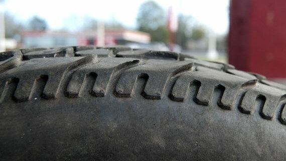 Пример пилообразного износа шины с блочным протектором