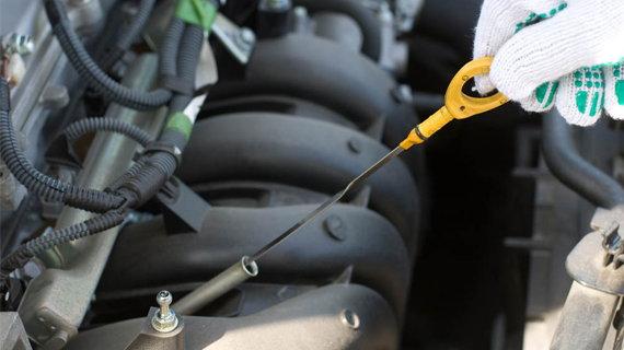 Щуп для проверки уровня масла в двигателе