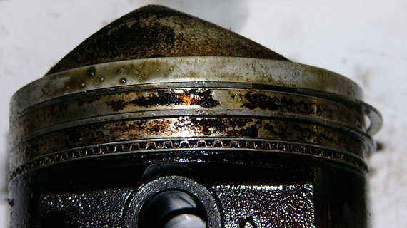 Залегание поршневых колец при избытке масла в двигателе