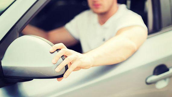 водитель поправляет зеркала