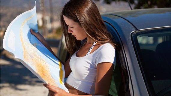 автоледи смотрит на бумажную карту местности