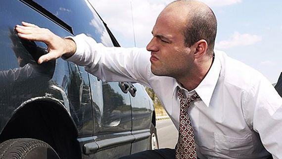 осмотр машины на царапины и потертости