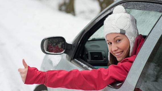 довольный водитель за рулем зимой