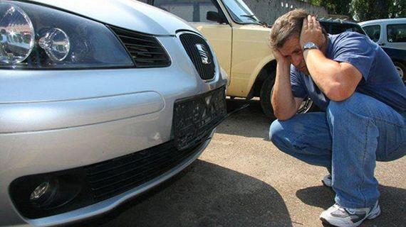 автовладелец смотрит на отсутствующие госномера